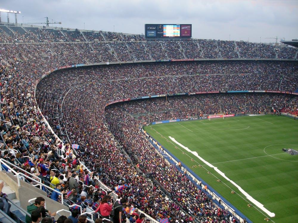 Fulle tribuner på stadion